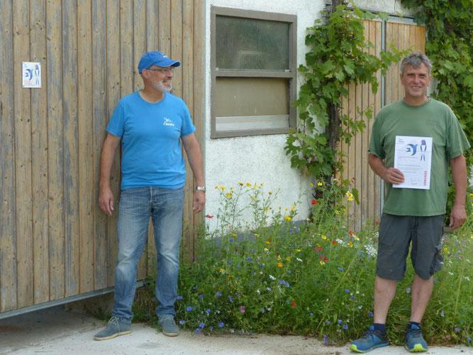 Dionys Metzinger (rechts) hat die Urkunde zum Schwalbenfreundlichen Haus von Martin Klatt bekommen, Foto: Markolf