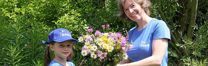 Überreichter Blumenstrauß; Foto: Christine Kuchem / NABU