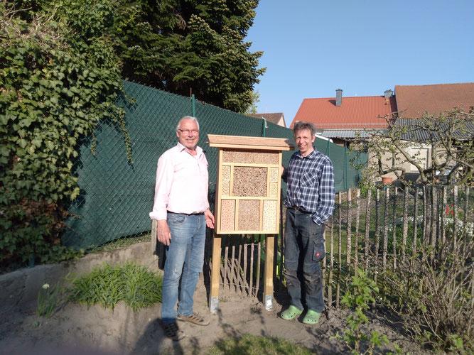 Der NABU-Groß-Gerau überreicht ein Insektenhotel an die KiTa-Flohkiste