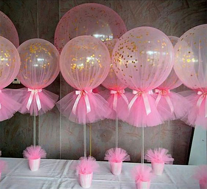 arreglos con globos y telas para bautizo de niña
