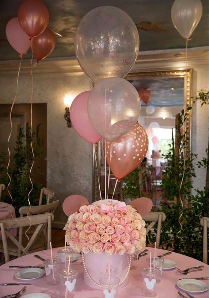arreglos con globos y flores para bautizo de niña