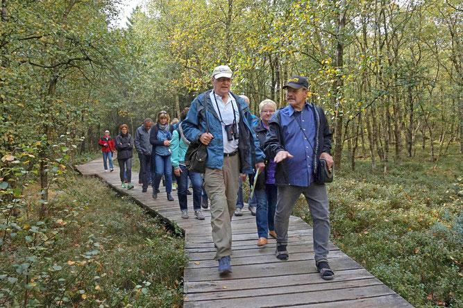 NABU-Moorführer*innen zeigen Besuchern die besondere biologische Vielfalt des Lebensraums Hochmoor.