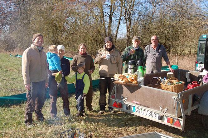 Ehrenamtliche NABU-Mitglieder packen an für die Natur.