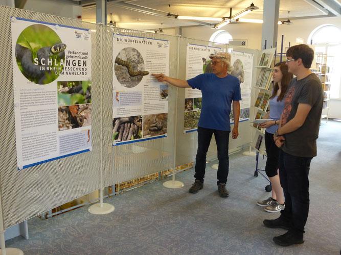 Rainer Michalski erläutert die Schlangenausstellung.