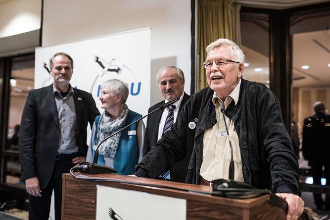 Im Vordergrund: Rainer von Boeckh. Im Hintergrund (links nach rechts): NABU-Stiftungsvorsitzender Christian Unselt, Karin von Boeckh und NABU-Präsident Olaf Tschimpke. Foto: T. Schlorke