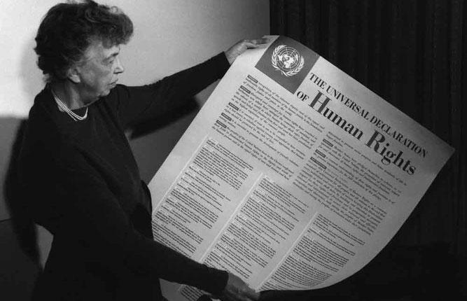"""Eleanor Roosevelt con la """"Dichiarazione universale dei diritti umani"""""""