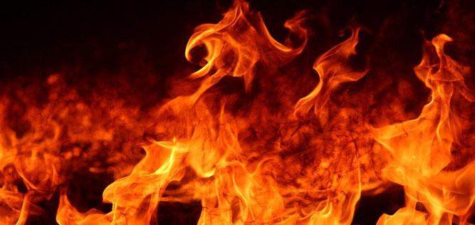 La couleur rouge-feu est une couleur rouge orangé très vif. Dans la Bible, le feu est souvent associé à la condamnation, à la destruction. Le Feu est associé à la colère de Jéhovah Dieu. Le Feu est associé à la condamnation, à la destruction, à la guerre.