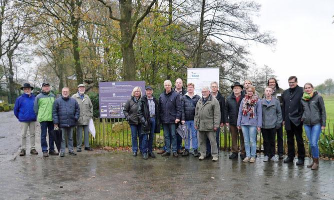 Mitglieder des Forums Naturfotografie bei der Eröffnung der Open-Air-Ausstellung im Tierpark Nordhorn. Foto: NABU