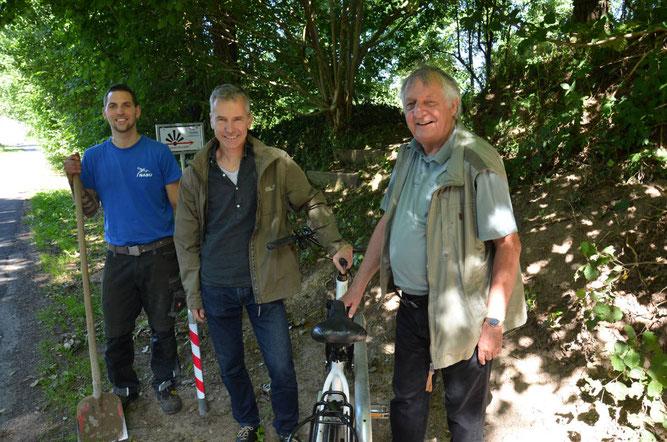 Janik Spors (li.), Widukind Glodeck (re.), NABU, mit Jens Bagehorn-Delor (mi.) vom Bauamt - Foto: SHZ / Christina Weiß