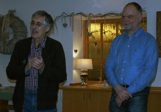 Christian Starck (li.) wurde vom NABU-Vorsitzenden Ernst Stephan für seine 25-jährige Mitgliedschaft geehrt.