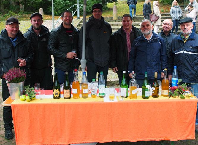 Mostproduzenten mit Bürgermeister Haas und Sommelier Schuhmacher. (Foto: Hofherr)