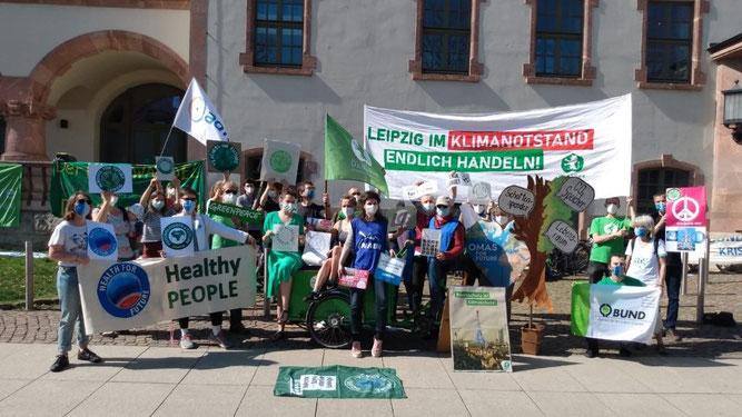 """Kundgebung """"Leipzig fürs Klima"""" vor der Stadtratssitzung in der Kongresshalle am Zoo. Foto: NABU Leipzig"""