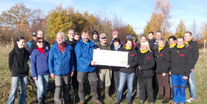Sachsenlotto hat am Rande des Arbeitseinsatzes einen Spendenscheck an den NABU übergeben. Foto: NABU Leipzig