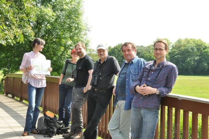 Die Biologen Dr. Maria Vlaic (links) vom Projekt Lebendige Luppe und René Sievert (3.v.l.) vom NABU Leipzig führten die kleine Gruppe um NABU-Präsident Tschimpke (3.v.r.) durch die Luppeaue. Foto: Ina Ebert