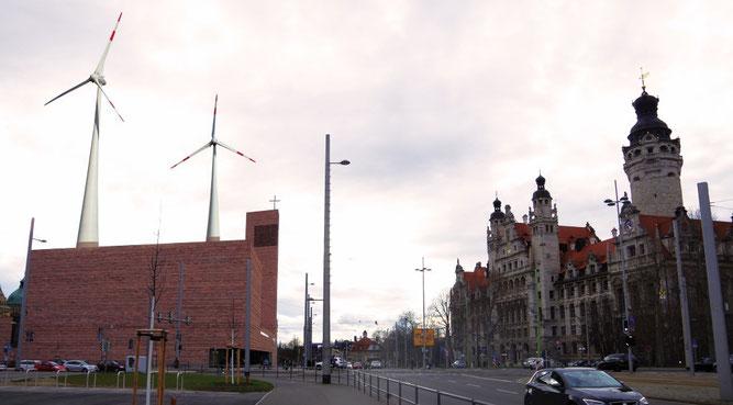 Die Probsteikirche in der Innenstadt von Leipzig bietet mit ihrer Statik gute Voraussetzungen für die Installation von zwei Windenergieanlagen auf dem Dach.  Fotomontage: Uwe Schroeder/NABU Sachsen