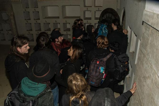 Eine Führung im Fledermauswinterquartier ist nur für kleine Gruppen möglich; geduldigt musste man auf Einlass warten. Foto: Ludo Van den Bogaert