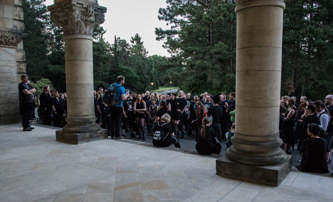 Pünktlich zum Sonnenuntergang erreichte der Friedhofsrundgang das Krematorium, wo der zweite Teil der Veranstaltung eingeläutet wurde. Foto: Ludo Van den Bogaert