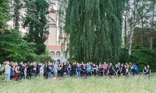 Fast 200 Teilnehmer - vorwiegend schwarzgekleidet - nahmen an der Führung des NABU Leipzig auf dem Südfriedhof teil. Foto: Ludo Van den Bogaert