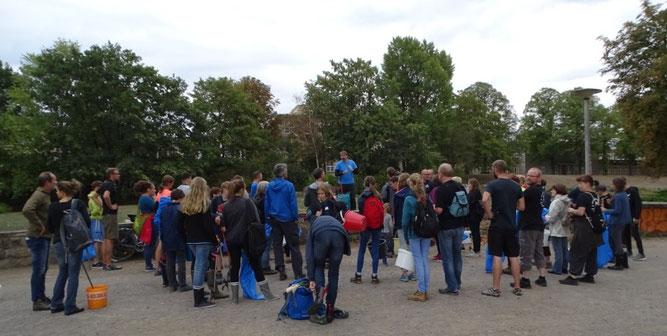 Zu Beginn bekamen die Teilnehmer Informationen zum ICCD und zur Sammelaktion am Elsterbecken. Foto: Beatrice Jeschke
