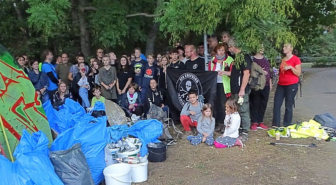 Mehr als 50 Gewässerretter beteiligten sich an der Sammelaktion des NABU Leipzig. Foto: Beatrice Jeschke