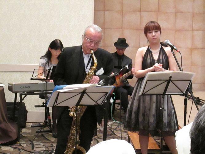 テナーサックスがメインの吉田さんですが、この曲はアルトで