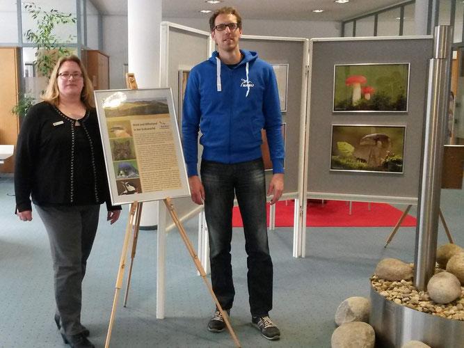 Die stellvertretende Filialleiterin Katja Süsterhenn und Jörg Mittler haben die Ausstellung organisiert (v.l.)