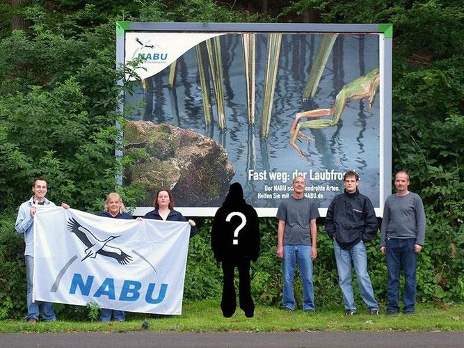 """Die NABU-'Naturschutzmacher' vor einem Plakat der """"Fast weg""""-Kampagne. Seien auch Sie dabei und bringen Sie sich mit Ihren Ideen in den NABU ein! - Foto: Kathy Büscher"""