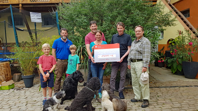 NABU-Gruppe Untertaunus überreicht Spenden-Scheck an das NABU-Naturschutzzentrum Rheinauen - Foto: Christiane Passon