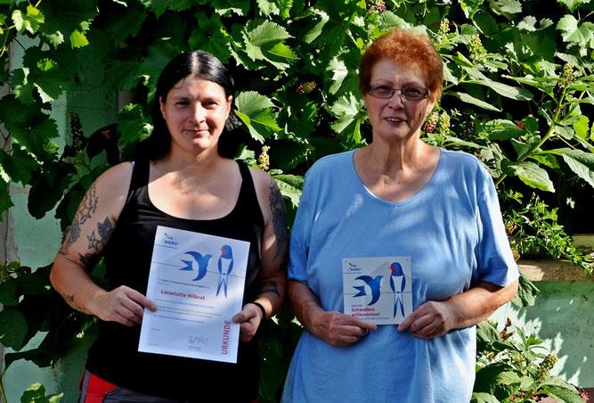 Frau Hilbrat (re.) und Ihre Tochter Sandra präsentieren stolz die ihnen gerade verliehene Auszeichnung.