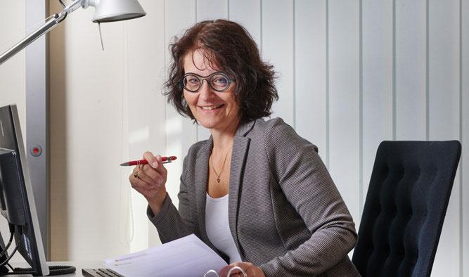 Petra Brückner bei MayerConsult beim Finanzcheck von Kundenunterlagen