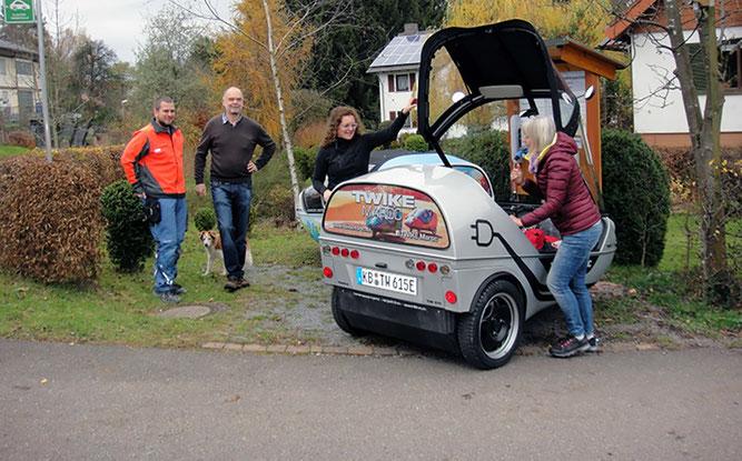 Ortsvorsteher Timo Bachert (li.) und NABU-Vorsitzender Ernst Stephan begrüßen die Testfahrerinnen. (Foto: privat)