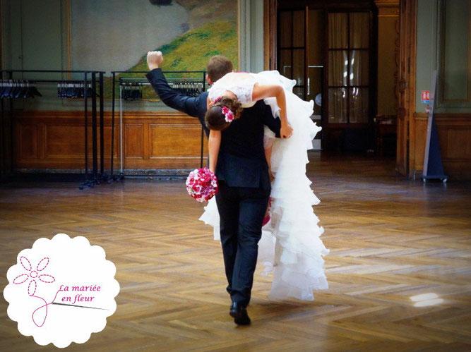 Couple marié avec bouquet et accessoires de cheveux La mariée en fleur