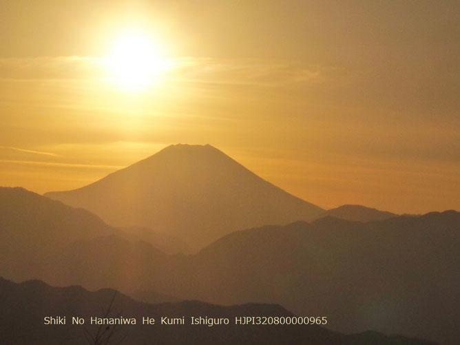 ダイヤモンド富士前の黄金の時 (高尾山山頂より)
