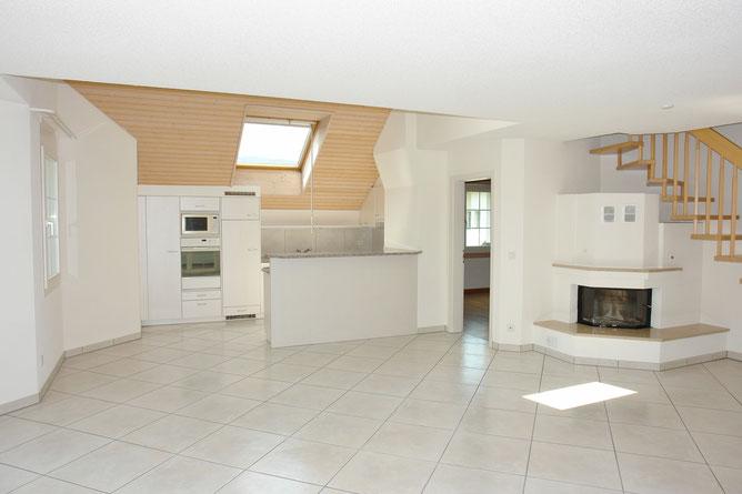 Spannend, stilvoll und sehr grosszügig. Der 47 m2 grosse Bereich Wohnen/Essen/Küche, mit gemütlichem Warmluft-Cheminéé.