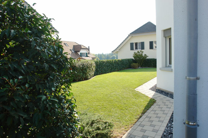 Rasenfläche auf der Südostseite des Hauses