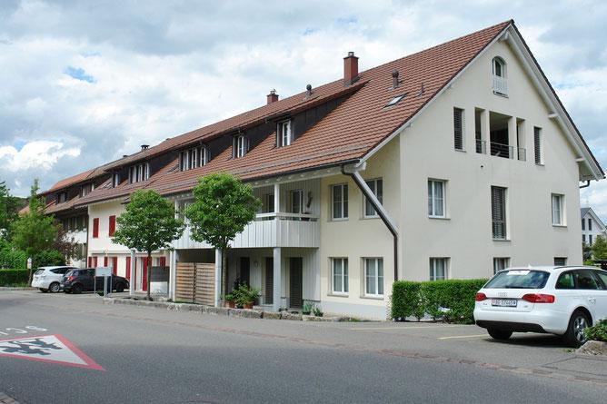 Ansicht an das 8-Familienhaus von der Dorfstrasse, von Süden, her