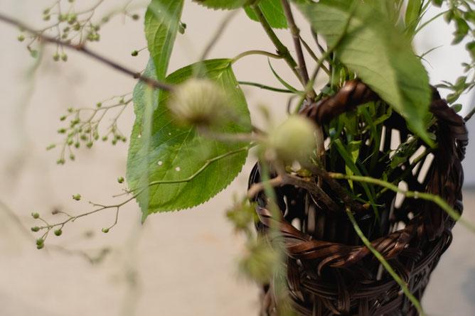 ざっくりした編みの竹籠も