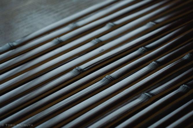 できる限り均等の寸法に竹を割ります(竹工芸家 初田徹 BLOG)