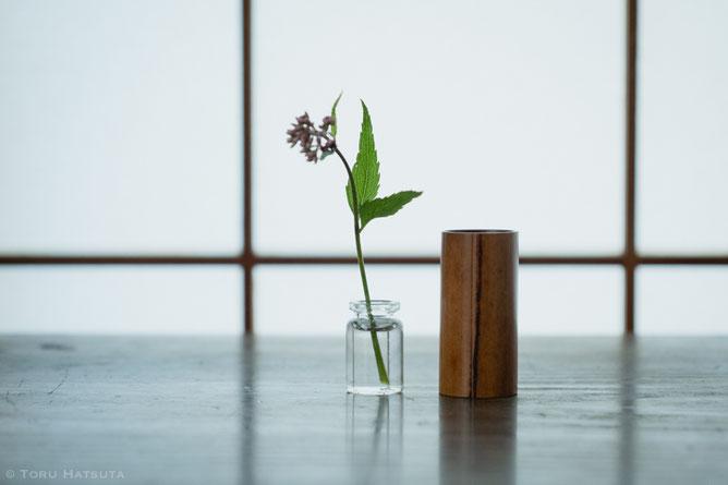 煤竹茶巾筒の内側にガラスの小瓶(竹工芸家 初田徹 作)
