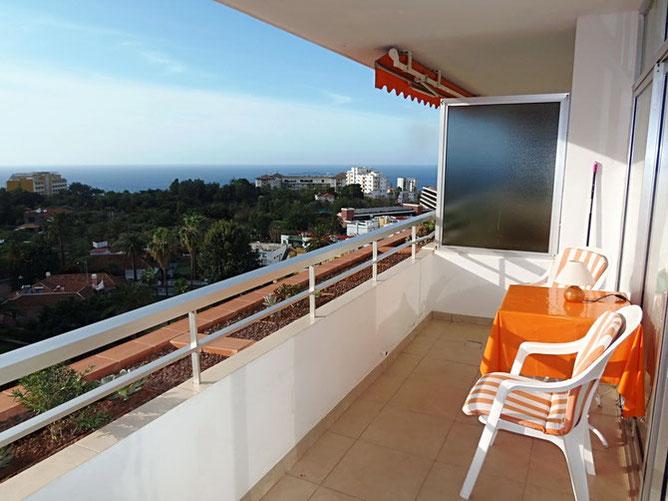 Balkon mit Meerblick über die Baumwipfel von Puerto de la Cruz.
