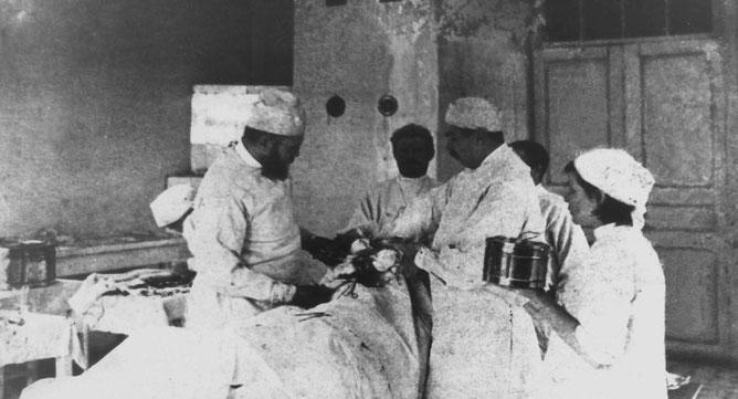 Der heilige Luka während einer Operation.