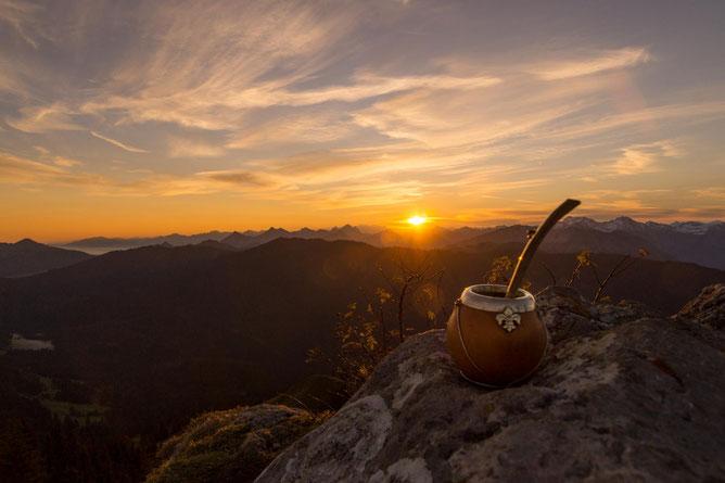 Kleine Alltags-Freuden im Corona-Jahr 2020: Mate zum Sonnenaufgang in den Bergen