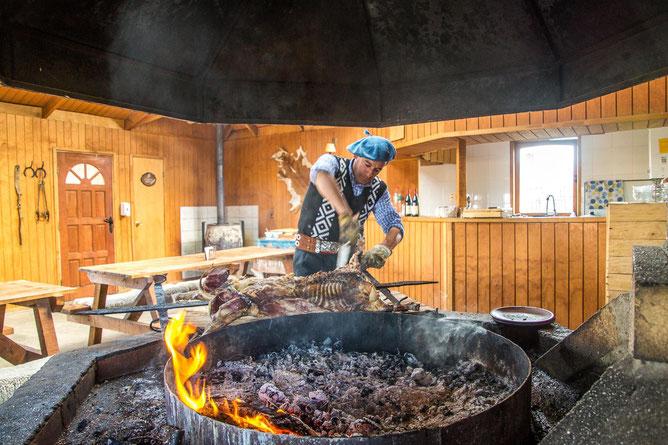 Leidenschaftlich gegrillt wird nicht nur in Argentinien, sondern auch in Uruguay, Brasilien und Chile. Hier wird auf einer Estancia im chilenischen Patagonien Lamm zubereitet..