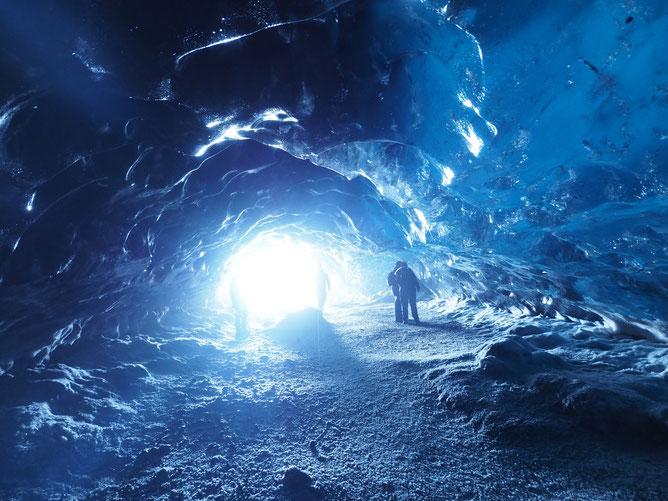 アイスランド 氷の洞窟、アイスケーブツアー 洞窟の奥から入口にカメラを向けると光が差し込み綺麗な写真が撮れます