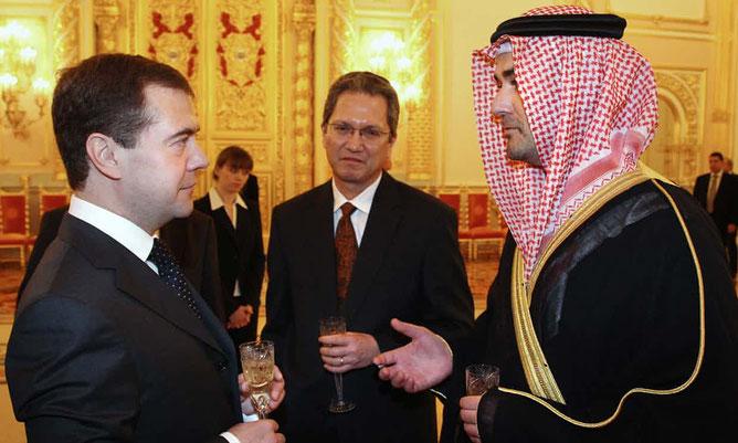 g. à dte :  Pt. Dmitri Medvedev, S.Exc. Simon Tengsing Da Cruz Ambassadeur de Singapour en Russie, S. Exc. Omar Saif Ghobash Ambassadeur des Emirats Arabes en Russie.