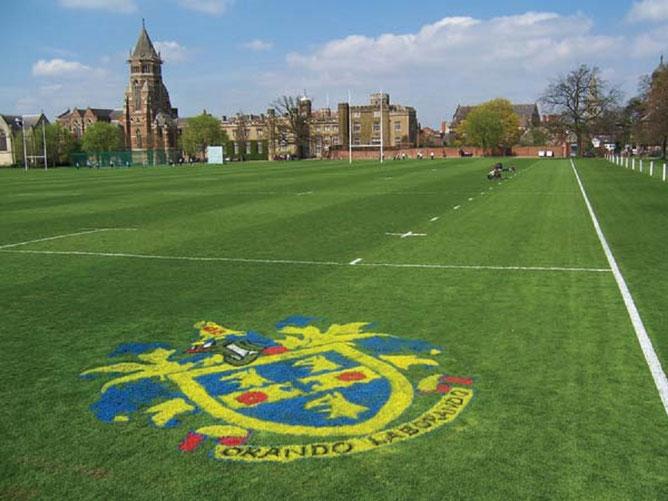 Le terrain de football et de rugby;