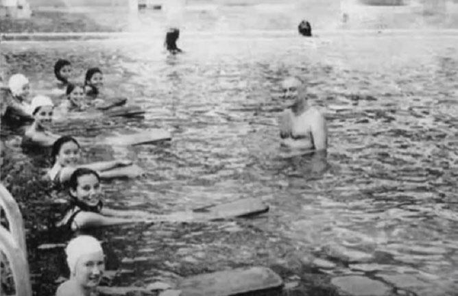 """Mr. VATIN, notre maître-nageur, """"entraîneur de la Championne Marie Axenoff"""" et aussi notre  prof' d'escrime."""