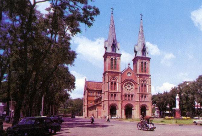 La Cathédrale de Saïgon. Il y avait un prêtre beau comme un Dieu qui fit chavirer le coeur de ces dames et damoiselles. Te rappelles-tu de son nom Mariie ?