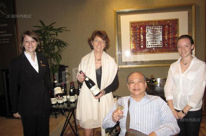 SINGAPOUR.  Christine DUBREUIL (Pernand-Vergelesses) avec Stéphanie RIGOURD Sommelière, présente ses crus à TAN KAHHIN, Sénéchal de la Confrèrie des Chevaliers du Tastevin,