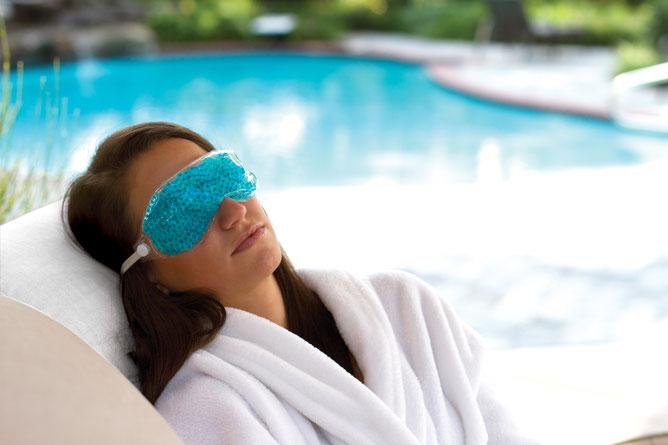 Frau verwendet die Thera Pearl Augenmaske